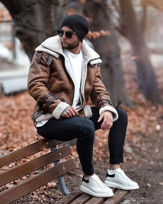 Comment porter une veste: Porte une veste et un jean skinny noir pour affronter sans effort les défis que la journée te réserve. Une paire de des baskets basses en cuir blanches et noires est une option avisé pour complèter cette tenue.