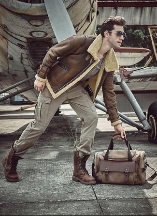 Comment porter: veste en peau de mouton retournée marron, t-shirt à col rond gris, pantalon cargo gris, bottes de loisirs en cuir marron