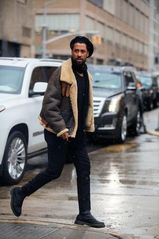 Comment porter: veste en peau de mouton retournée marron foncé, t-shirt à col rond noir, pantalon chino noir, bottes de loisirs en cuir noires