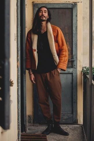 Comment porter un t-shirt à col rond noir en hiver: Harmonise un t-shirt à col rond noir avec un pantalon chino marron pour obtenir un look relax mais stylé. Termine ce look avec une paire de des bottes de loisirs en cuir noires pour afficher ton expertise vestimentaire. En bref, cette tenue d'hiver est une excellente trouvaille.