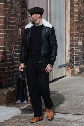 Comment porter: veste en peau de mouton retournée noire et blanche, t-shirt à col rond noir, pantalon de costume noir, chaussures brogues en cuir marron clair
