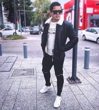 Comment porter: veste en peau de mouton retournée noire, t-shirt à col rond imprimé blanc, pantalon de jogging noir, chaussures de sport blanches