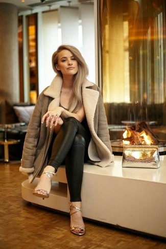 Comment porter: veste en peau de mouton retournée marron, t-shirt à col rond marron foncé, pantalon slim en cuir noir, sandales à talons en cuir dorées