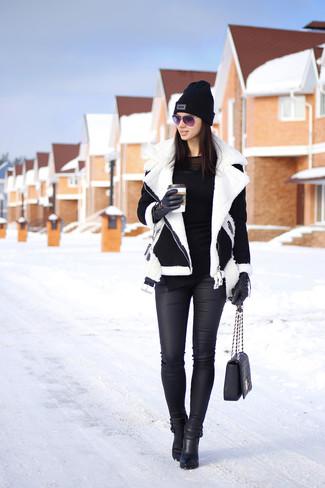 Pour créer une tenue idéale pour un déjeuner entre amis le week-end, pense à porter une veste en peau de mouton retournée noire et blanche et un jean skinny en cuir noir. Transforme-toi en bête de mode et fais d'une paire de des bottines en cuir noires ton choix de souliers.