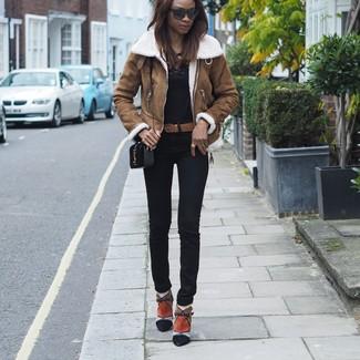 Comment porter: veste en peau de mouton retournée marron, t-shirt à manche longue noir, pantalon slim noir, bottines en daim multicolores