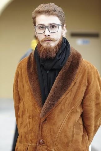 Comment porter: veste en peau de mouton retournée tabac, écharpe noire