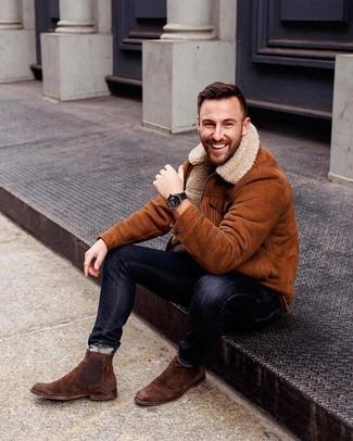 Comment porter: veste en peau de mouton retournée tabac, jean skinny noir, bottines chelsea en daim marron, montre en cuir noire