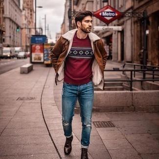 Comment s'habiller en hiver: Pense à harmoniser une veste en peau de mouton retournée tabac avec un jean déchiré bleu pour une tenue relax mais stylée. Jouez la carte classique pour les chaussures et fais d'une paire de bottes de loisirs en cuir marron foncé ton choix de souliers. Nous aimons cette tenue superbe, bien hivernale.