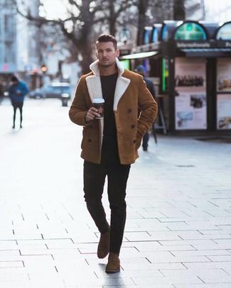 Comment porter: veste en peau de mouton retournée tabac, pull à col rond noir, jean skinny noir, bottines chelsea en daim marron