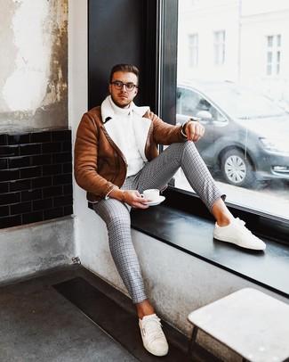 Comment porter: veste en peau de mouton retournée tabac, pull à col roulé en tricot blanc, pantalon chino en pied-de-poule gris, baskets basses blanches