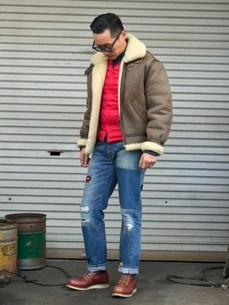 Comment porter: veste en peau de mouton retournée marron, veste sans manches matelassée rouge, pull à col roulé noir, jean déchiré bleu