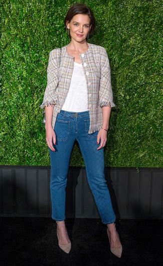 Comment porter des escarpins en daim beiges: Harmonise une veste en tweed beige avec un jean bleu pour créer un style chic et glamour. Termine ce look avec une paire de des escarpins en daim beiges.