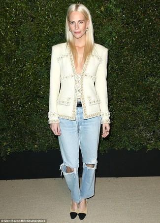Comment porter: veste en tweed blanche, jean boyfriend déchiré bleu clair, escarpins en daim noir et marron clair