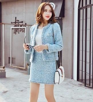 Comment porter: veste en tweed bleu clair, t-shirt à col rond blanc, minijupe en tweed bleu clair, sac bandoulière en cuir blanc