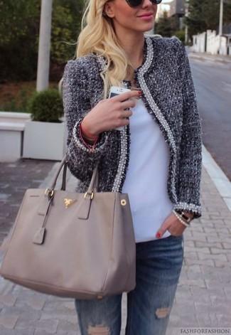 Comment porter: veste en tweed bleu marine, t-shirt à col en v blanc, jean déchiré bleu, sac fourre-tout en cuir gris