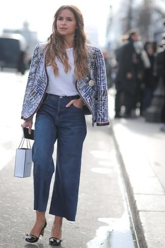 Comment porter: veste en tweed bleue, t-shirt à col rond blanc, pantalon large en denim bleu marine, escarpins en cuir noirs