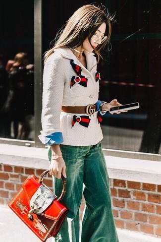 Comment porter: veste en tweed blanche, chemise de ville bleue, jean flare vert, cartable en cuir imprimé rouge