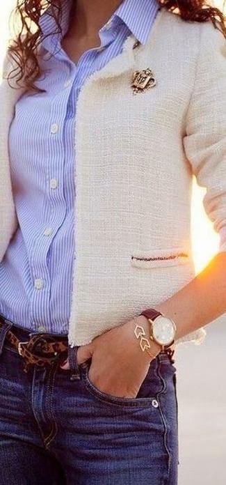 Comment porter: veste en tweed blanche, chemise de ville à rayures verticales bleu clair, jean bleu, ceinture imprimée léopard marron