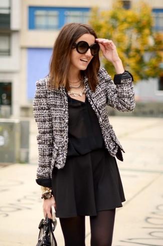 Comment porter: veste en tweed noire et blanche, chemise de ville en soie noire, jupe patineuse noire, sac fourre-tout en cuir noir