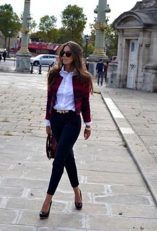 Tenue  Veste en tweed bordeaux, Chemise de ville blanche, Pantalon slim  bleu marine, Escarpins en cuir noirs   Mode femmes ddf756d38995