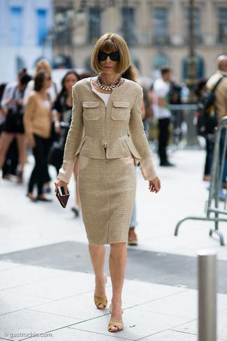 Comment porter: veste en tweed marron clair, chemisier à manches courtes blanc, jupe crayon en tweed marron clair, mules en cuir marron clair