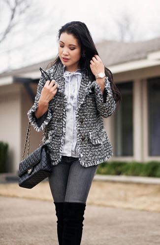 Comment porter: veste en tweed grise, chemisier boutonné bleu clair, jean skinny gris, cuissardes en daim noires