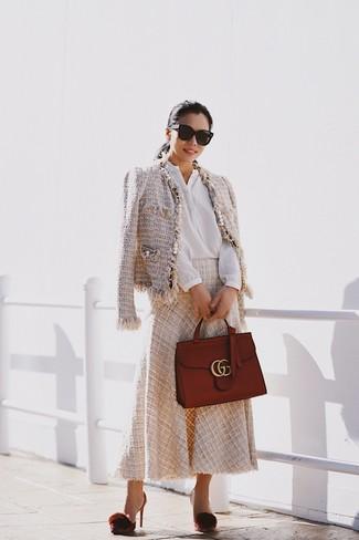 Comment porter: veste en tweed beige, chemisier boutonné blanc, jupe mi-longue beige, escarpins en cuir bordeaux