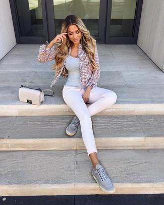 Comment porter: veste en tweed rose, débardeur gris, jean skinny blanc, baskets basses en toile grises