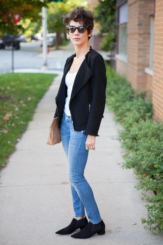 Comment porter: veste en tweed noire, débardeur blanc, jean skinny bleu, bottines chelsea en daim noires