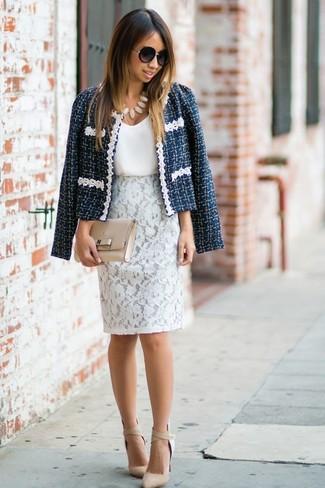 Comment porter: veste en tweed bleu marine, débardeur en soie blanc, jupe crayon en dentelle blanche, escarpins en cuir beiges