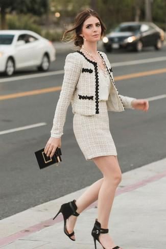 Comment porter: veste en tweed beige, débardeur en soie blanc, minijupe en tweed beige, sandales à talons en daim noires
