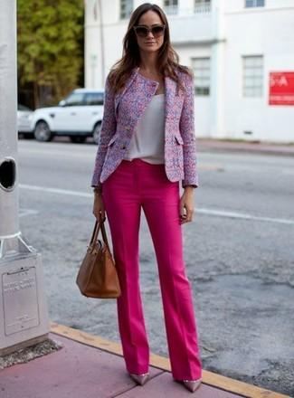 Comment porter: veste en tweed rose, débardeur blanc, pantalon de costume fuchsia, escarpins en cuir violets