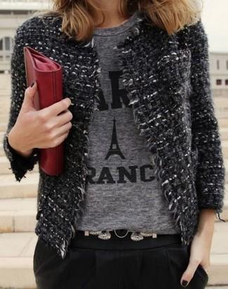 Comment porter: veste en tweed gris foncé, t-shirt à col rond imprimé gris, pantalon carotte noir, pochette en cuir rouge