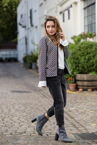 Comment porter: veste en tweed grise, chemisier à manches longues en soie blanc, jean boyfriend déchiré noir, bottines en daim grises