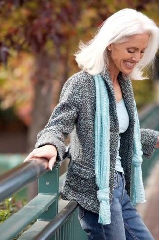 Comment porter: veste en tweed grise, débardeur bleu clair, jean bleu, écharpe bleu clair