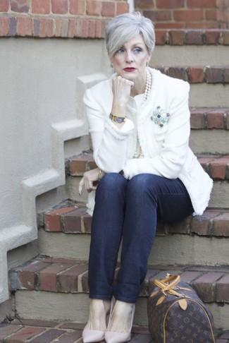 Comment porter: veste en tweed blanche, jean bleu marine, escarpins en cuir roses, grand sac en cuir imprimé marron foncé