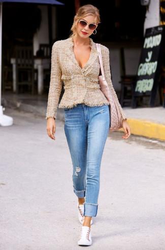 Comment porter un sac fourre-tout en cuir rose: Essaie d'harmoniser une veste en tweed marron clair avec un sac fourre-tout en cuir rose pour un look confortable et décontracté. Cette tenue se complète parfaitement avec une paire de des baskets basses blanches.