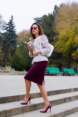 Comment porter: veste en tweed rose, jupe crayon bordeaux, escarpins en cuir bordeaux, sac à main en cuir blanc