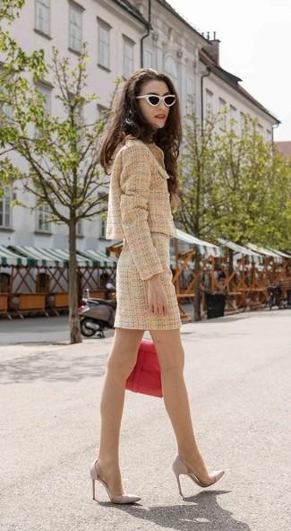 Comment porter: veste en tweed marron clair, minijupe en tweed marron clair, escarpins en cuir gris, cartable en cuir rouge
