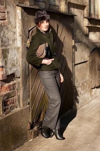 Comment porter un chapeau de fourrure: Associe une veste en tweed vert foncé avec un chapeau de fourrure pour un look idéal le week-end. Cet ensemble est parfait avec une paire de des bottines en cuir noires.