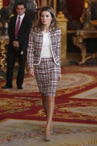 Comment porter: veste en tweed pourpre, top sans manches en dentelle blanc, jupe crayon en tweed pourpre, escarpins en daim gris