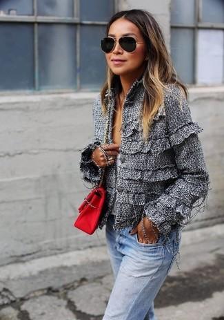 Comment porter un pull à col en v blanc et bleu quand il fait chaud: Pour une tenue de tous les jours pleine de caractère et de personnalité harmonise un pull à col en v blanc et bleu avec un jean bleu clair.