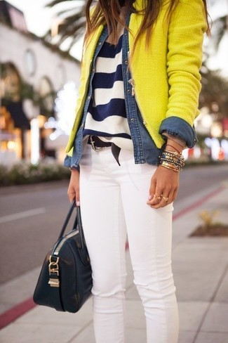 Comment porter un jean skinny blanc en automne: Choisis une veste en tweed jaune et un jean skinny blanc pour achever un look chic. On trouve que pour l'automne cette tenue est idéale et très beau.
