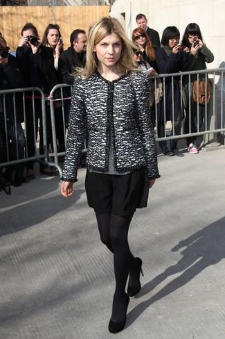 Comment porter: veste en tweed noire et blanche, pull à col rond gris, jupe patineuse noire, escarpins en daim noirs