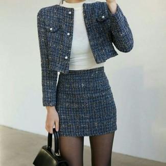 Comment porter: veste en tweed bleu marine, pull à col roulé blanc, minijupe en tweed bleu marine, cartable en cuir noir
