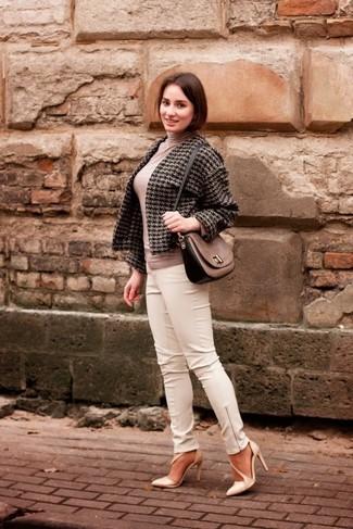 Comment porter: veste en tweed en pied-de-poule gris foncé, pull à col roulé beige, pantalon slim en cuir blanc, escarpins en cuir beiges