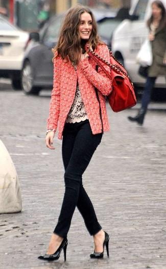Opte pour une veste en tweed rouge avec un grand sac pour créer un look chic et décontracté. Une paire de des escarpins en cuir ornés noirs s'intégrera de manière fluide à une grande variété de tenues.