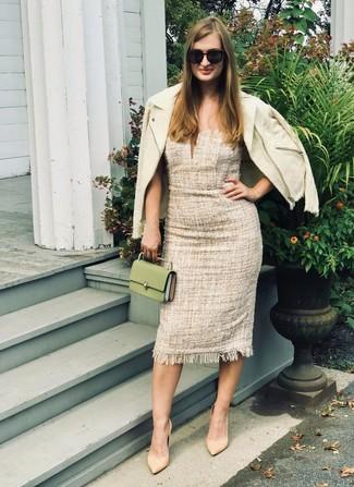Tendances mode femmes: Marie une veste en tweed beige avec une robe fourreau en tweed beige pour prendre un verre après le travail. Termine ce look avec une paire de des escarpins en cuir marron clair.