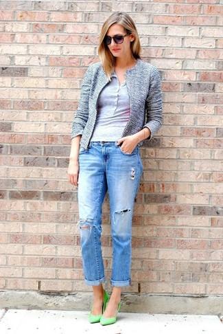 Comment porter: veste en tweed bleue, t-shirt à col boutonné gris, jean boyfriend déchiré bleu, escarpins en cuir verts