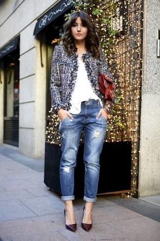 Comment porter une pochette en cuir bordeaux: Essaie d'associer une veste en tweed bleue avec une pochette en cuir bordeaux pour un look idéal le week-end. Une paire de des escarpins en cuir bordeaux est une option génial pour complèter cette tenue.